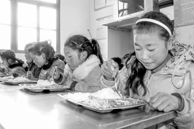 在远离理塘县城75公里,海拔3720米的喇嘛垭中心小学的学生食堂里,五图片